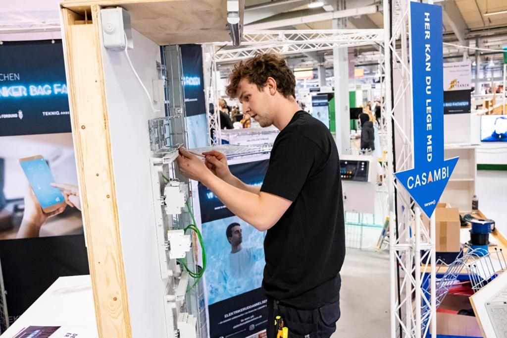 Emil Eigenbrod arbejder under konkurrencen ved DM i Skills