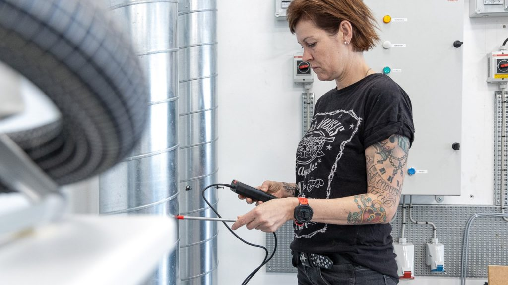 ventilationsteknikerlærlingen Randi ved maskine